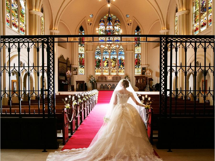 アンティークの調度品や、 宝石のようなステンドグラスが彩る、ふたりの新たな物語のはじまりに相応しい大聖堂