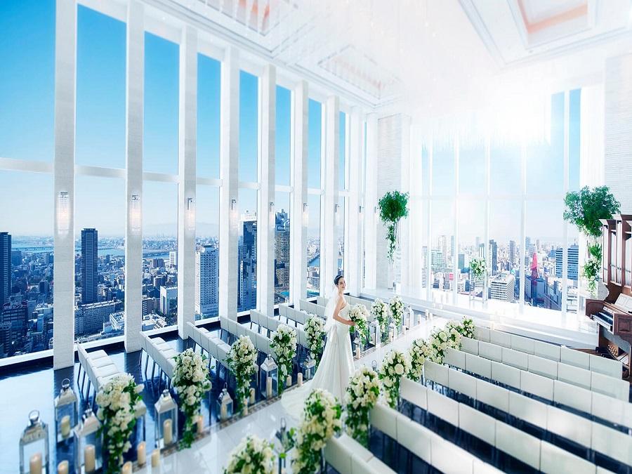 世界一幸せな花嫁をよりいっそう輝かせる「プレミア」な舞台。 地上150mの空間で美食を囲む大人の上質ウエディングを。