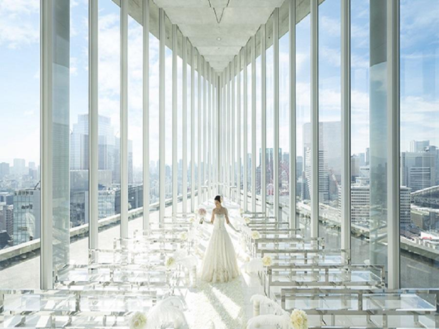 大阪・梅田の眺望と天空に浮かぶチャペルで、 ラグジュアリーなホテルウェディングを