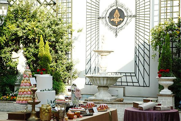 花と緑に彩られ、水音がひびくコルティーレ(中庭)で デザートビュッフェやティータイムを楽しんで