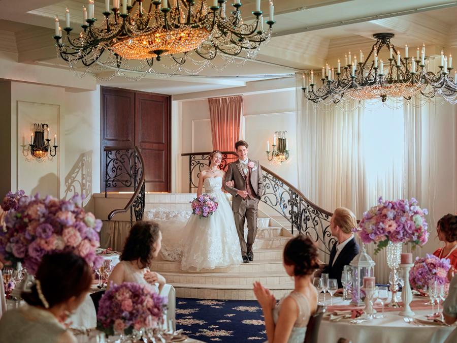 ドレスを着て階段を下りる姿はまるで映画のワンシーンのように美しい瞬間を表現します。