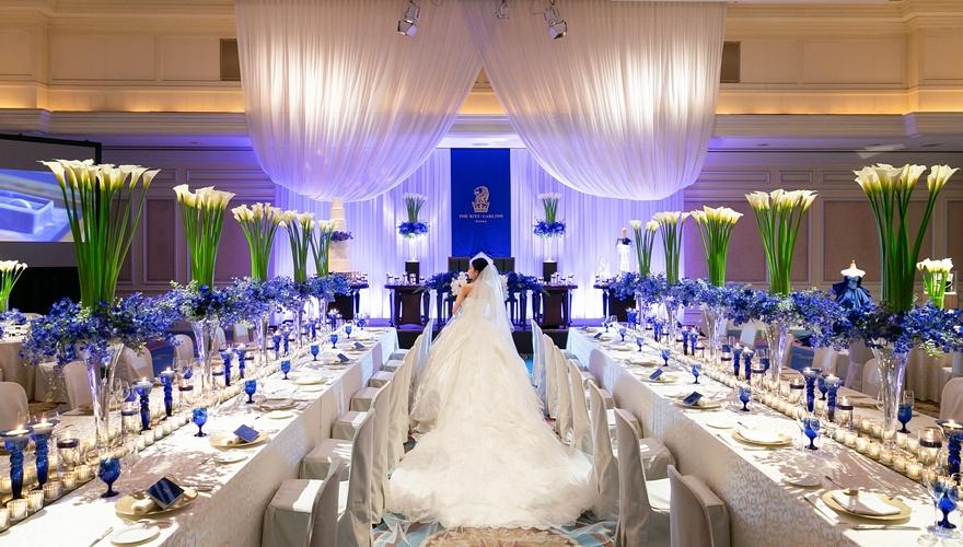 喜びのシーンを格調高く包む優雅な大空間での結婚式