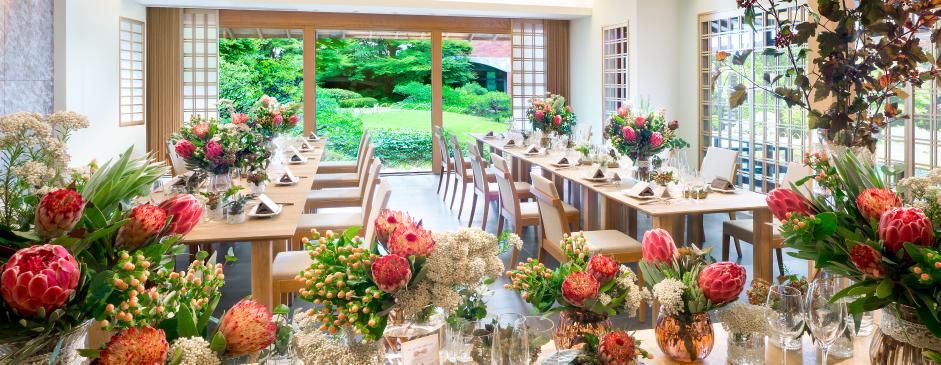 広い庭園でも名所の一つである晴れ舞台を望みながら、アットホームな会食を。