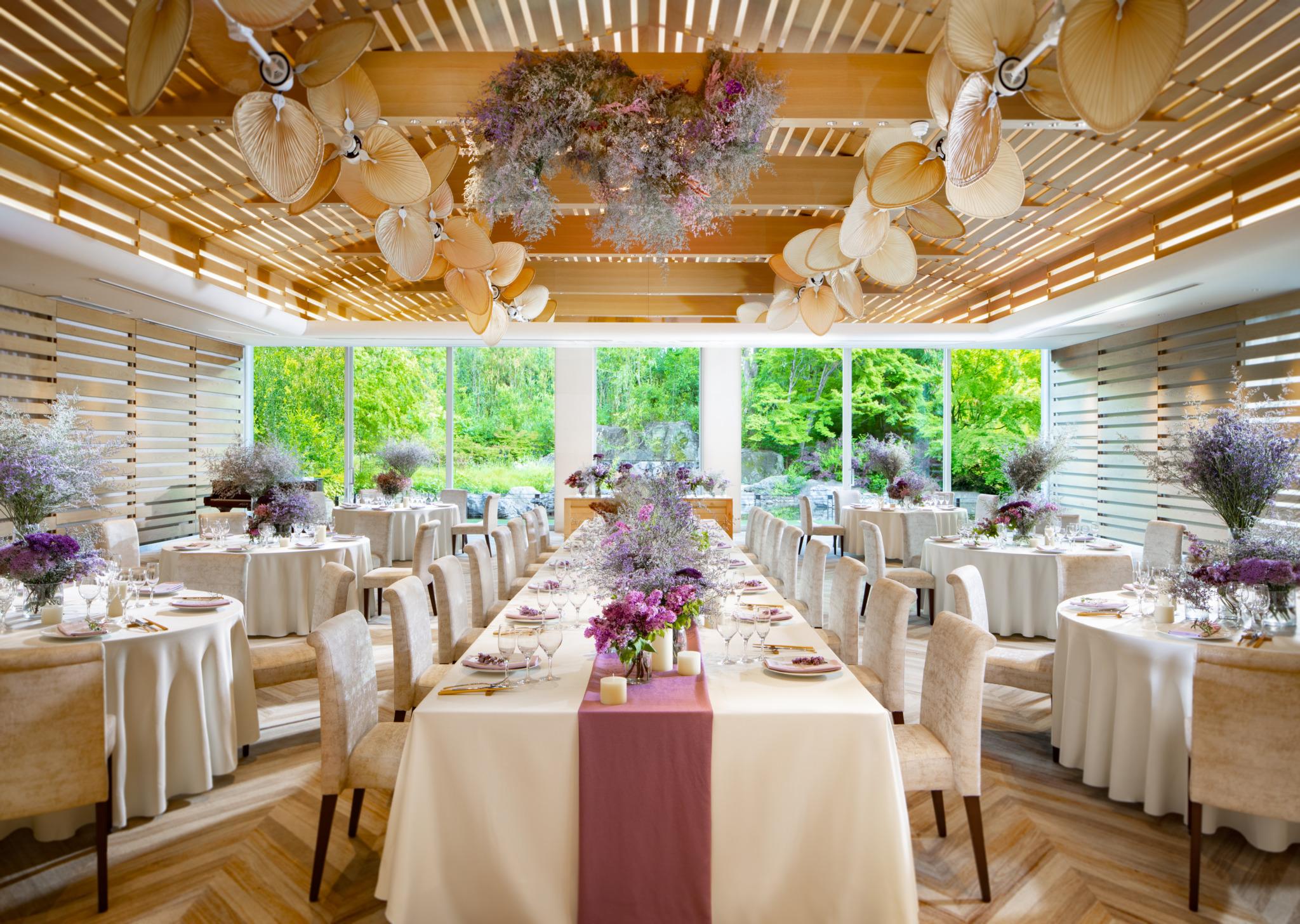 木の天井と白い壁には花と緑がよく似合う。