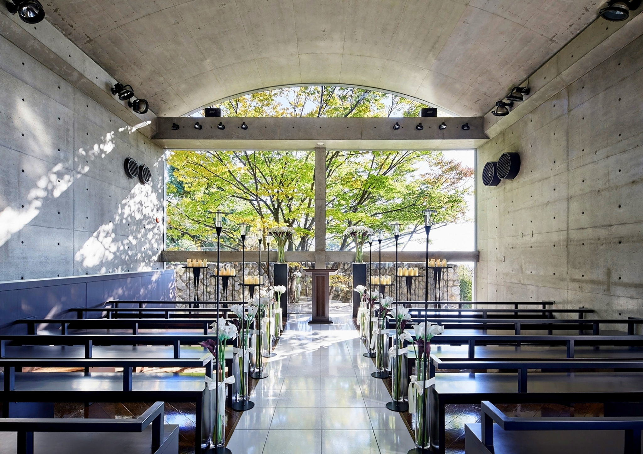 樹齢120年のけやきの木に見守られ、シンプルで美しい挙式を