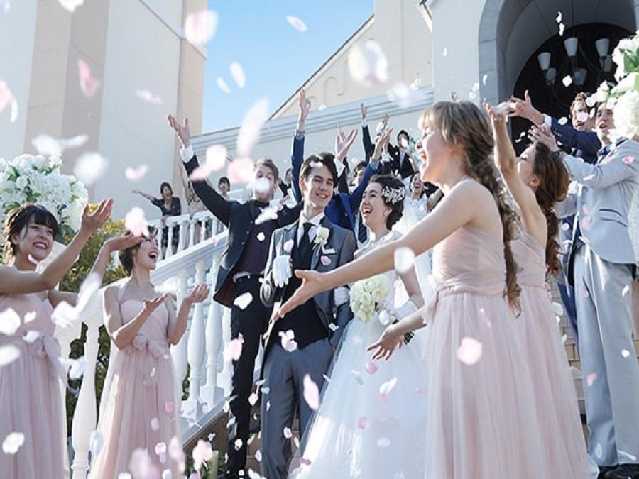 祭壇へと続く階段がドレス姿をより美しく見せる