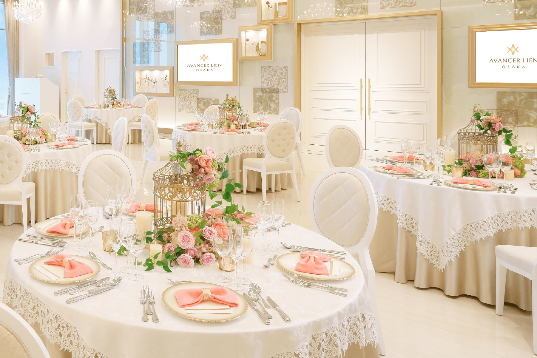 バラモチーフとアイボリーゴールドがベースカラーの宝石箱のような披露宴会場