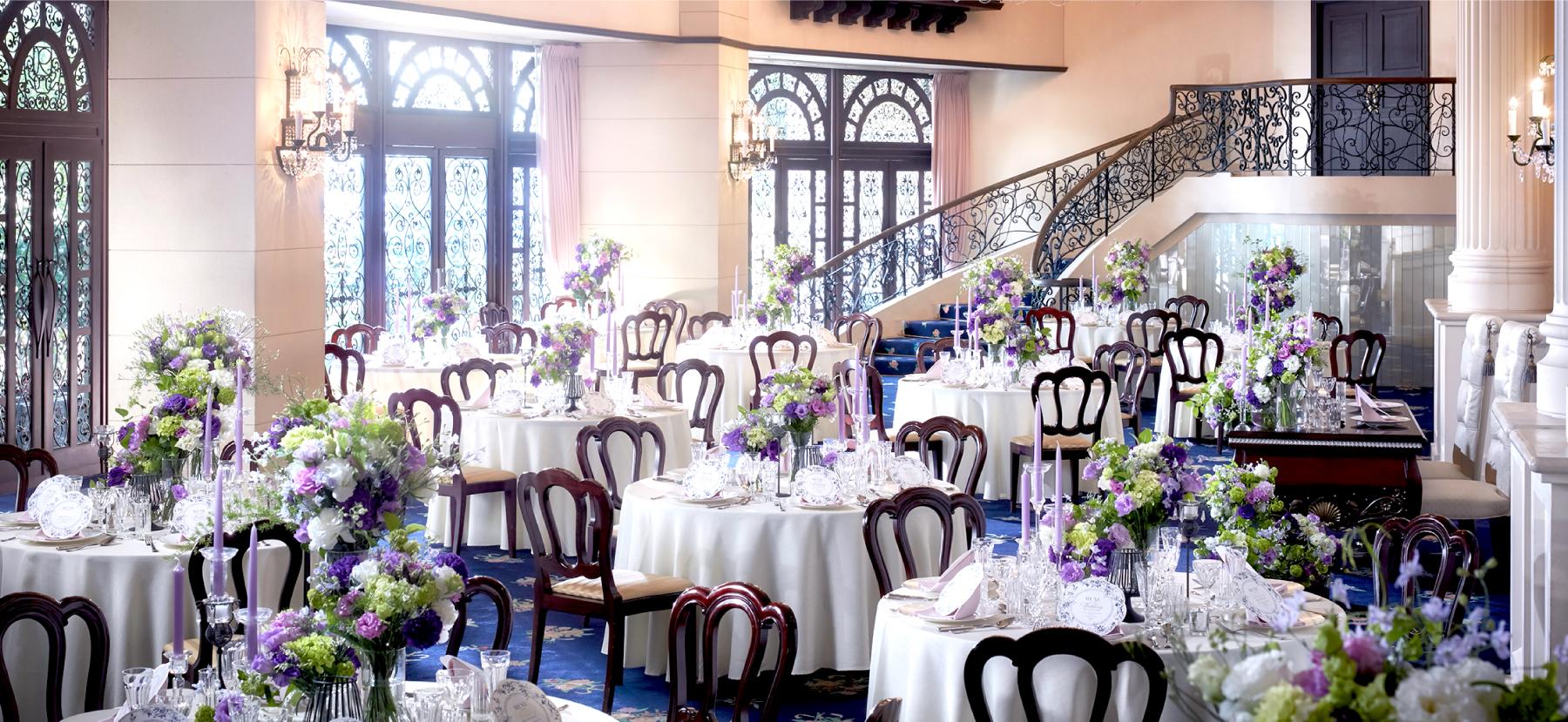 煌びやかなシャンデリアと上質なネイビーの絨毯が彩る ロマンチックな大人の空間