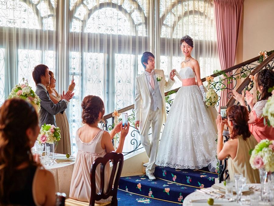 階段上からの登場が可能 花嫁が理想とするパーティーを実現します。