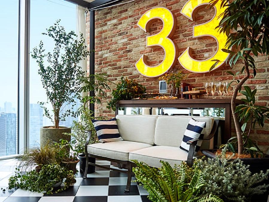 大きな窓からの絶景をはじめ、ガーデンウエディングを思わせるフラワーコートや「33」のウォールオブジェ