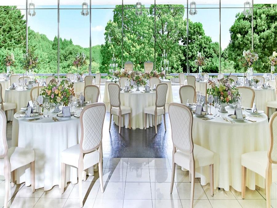 ホワイト&プラチナを基調とした清楚なレセプションホールと、ガーデンに広がる瑞々しいグリーンとが印象的なコントラストに。〈Reception Hall〉