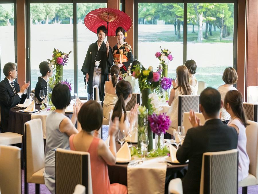 和傘での入場や、鏡開き、鯛の塩釜開き...和装で楽しむ和の演出も人気。装花小物にも趣向を凝らしてふたりらしい披露宴を叶えて