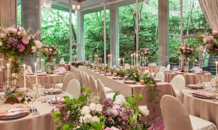 窓一面に庭園の緑溢れる開放的な人気会場
