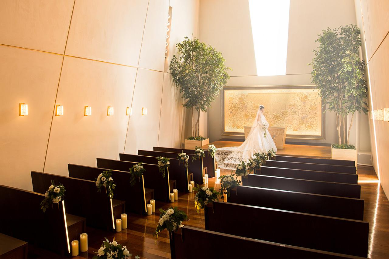 純白の空間に、祝福の光が降り注ぐ