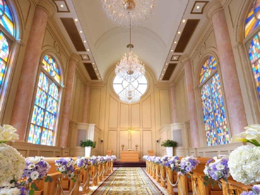 光を受けて幻想的な彩りをみせるステンドグラス、天井に連なるシャンデリア、パイプオルガンの響きと聖歌隊の声に包まれて、おふたりで歩む人生がスタートします。