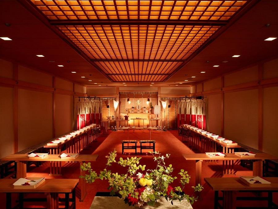 住居守護の神、旅行安全の神、安産の神として信仰される坐摩神社の御分霊をお祀りしている「鳳凰殿」で由緒正しい神前式での挙式。生演奏による神聖な雅楽の調べに導かれ、厳粛な雰囲気の中で式を執り行います。