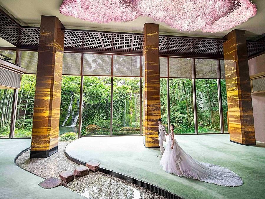 日本庭園をのぞみ、ゆったりくつろげるラウンジ、ご参列者の客室など、自信をもってゲストをお迎えしていただけます。