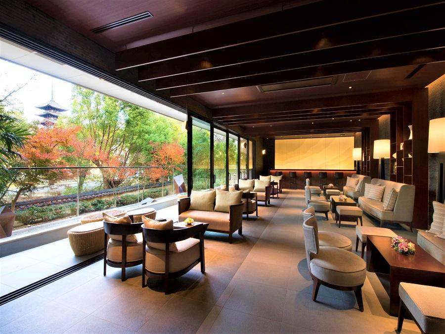 奈良公園や猿沢池、五重塔を眺められ、四季折々の美しい景色がくつろぎのシーンを演出するラウンジ。