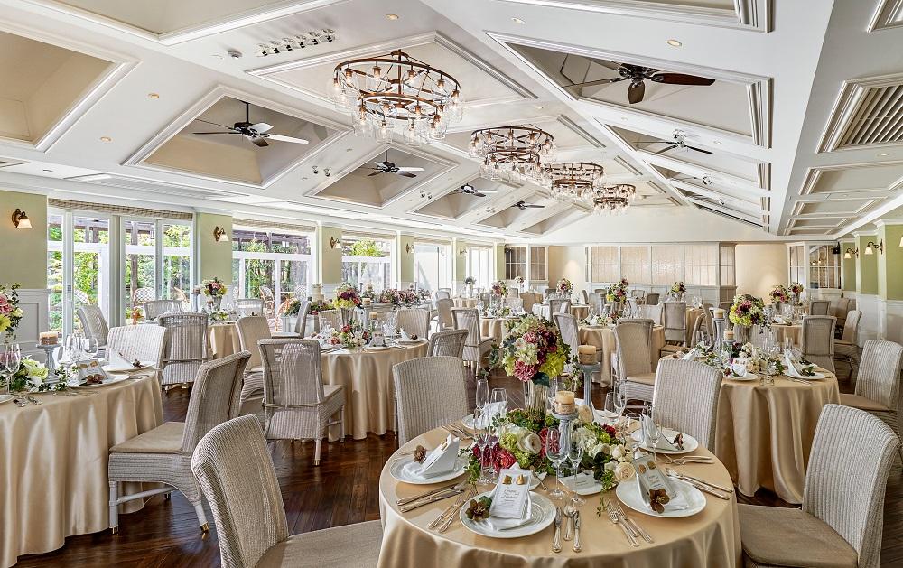 きらめくシャンデリアやシーリングファンが優雅さを、大きな窓とベースカラーの白が爽やかな印象を演出。