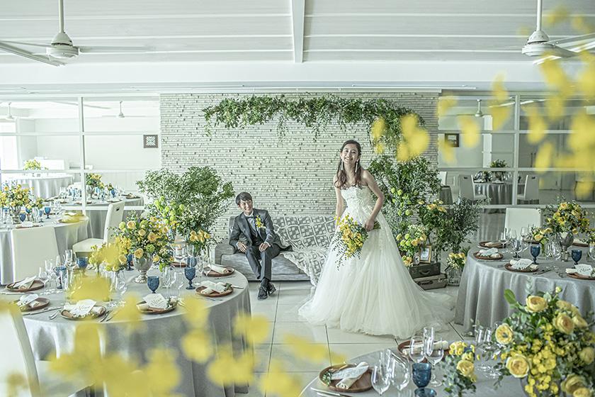 白を基調とした透明感のある披露宴会場