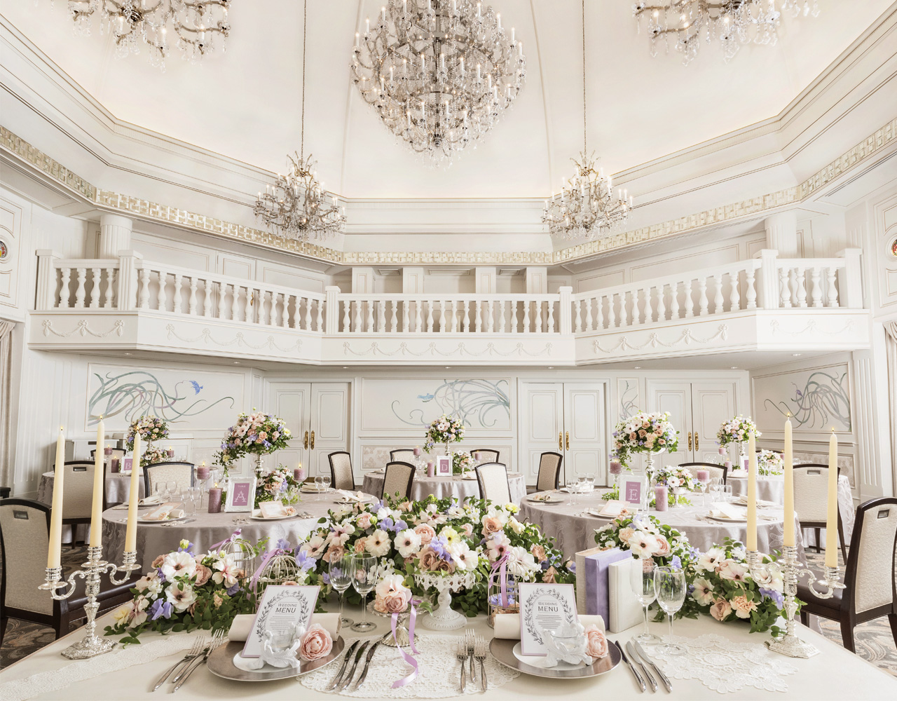 ドーム型天井に明るい光が満ち溢れる、バロック様式の美しき宮殿をイメージさせるクラシカルな空間