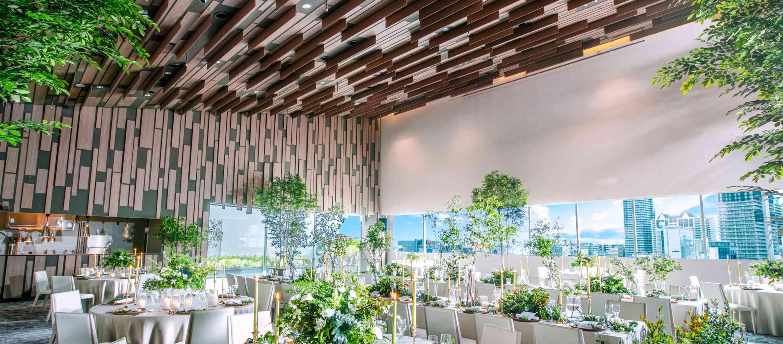 天井の木が縦・横にランダムにならび、自然素材を感じることができ 床も壁も木をイメージし暖かな雰囲気でナチュラルウエディングを楽します
