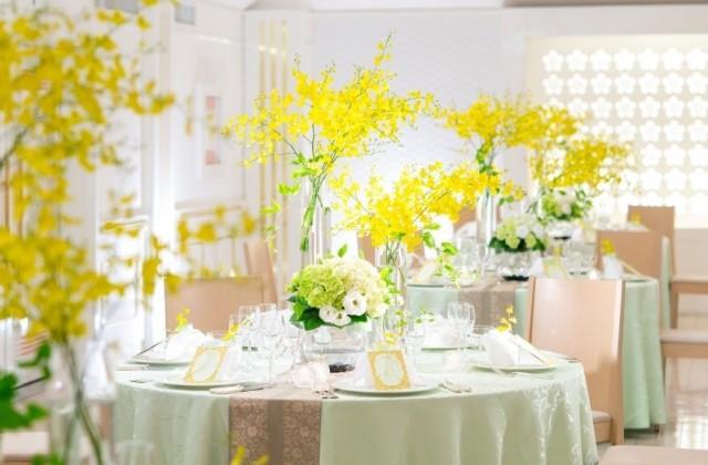 白を基調にしたシンプルで清楚なイメージの宴会場です。テーブルクロスやお花などの組合せによりお好みのカラーコーディネートをお楽しみいただけます。