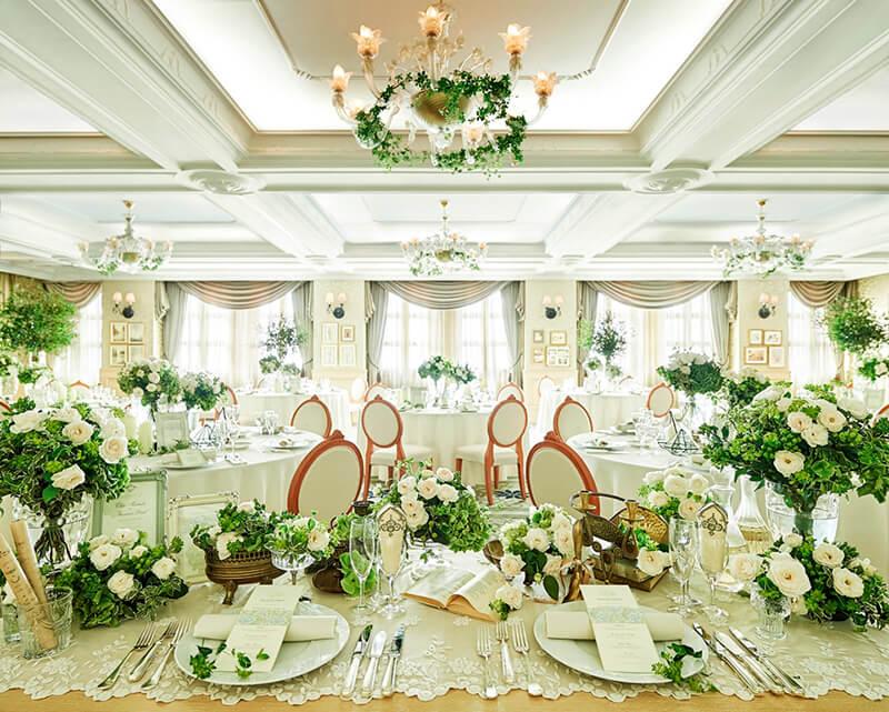 温かみのあるオフホワイトの空間に自然光が注ぎ花嫁好みの愛らしくクラシカルなしつらえに心やすらぐバンケット