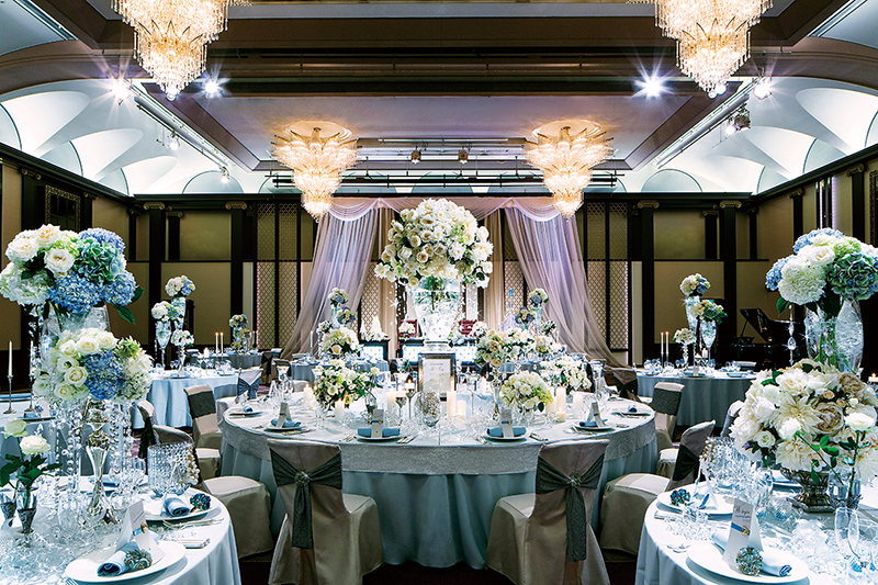 祝宴もかなう壮大な空間を彩るのは輝くシャンデリアをはじめ、芸術性と華やぎにあふれるインテリア。