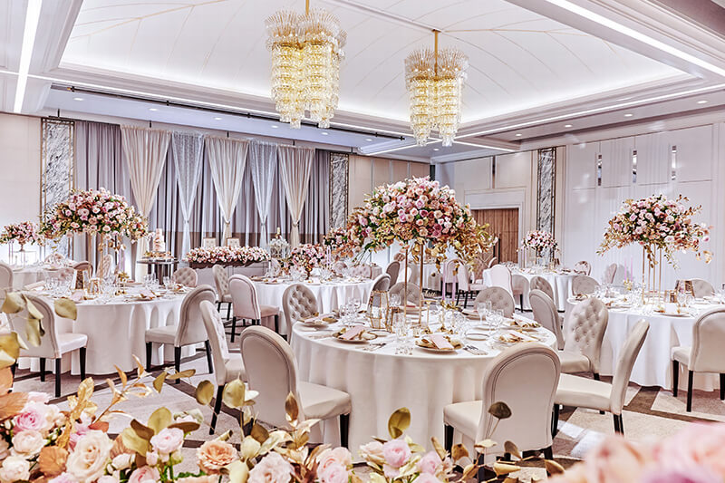 優美なアーチを描く白亜のドーム型の天井に高級感に満ちた造形美のシャンデリアが際立つ洗練空間。