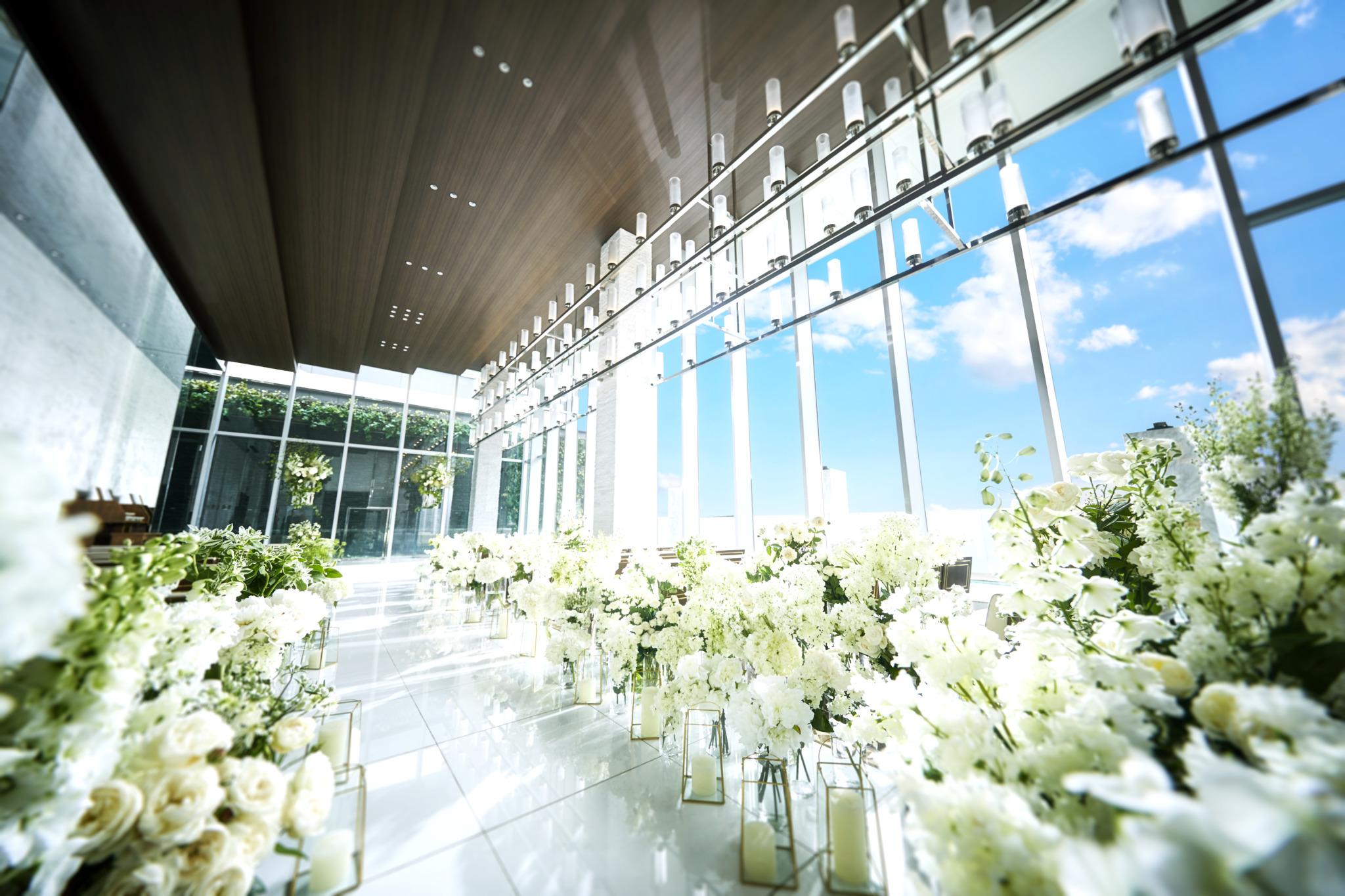 2面の大きな窓の向こうに緑と青空、大阪の街が広がる開放的なチャペル