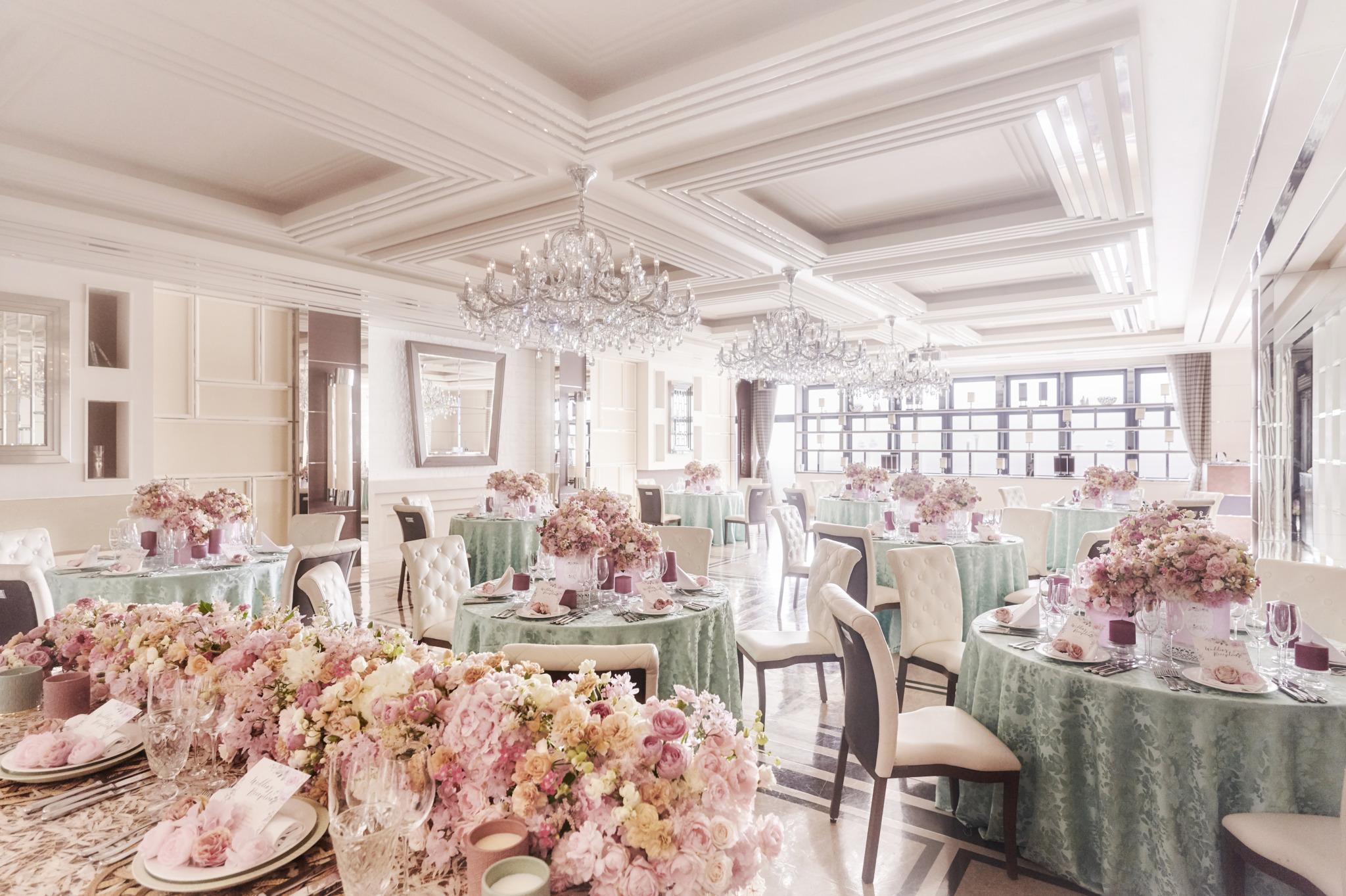 クリスタルシャンデリアがきらめく華やかなパーティ会場は、 どんなコーディネートもマッチする純白の空間