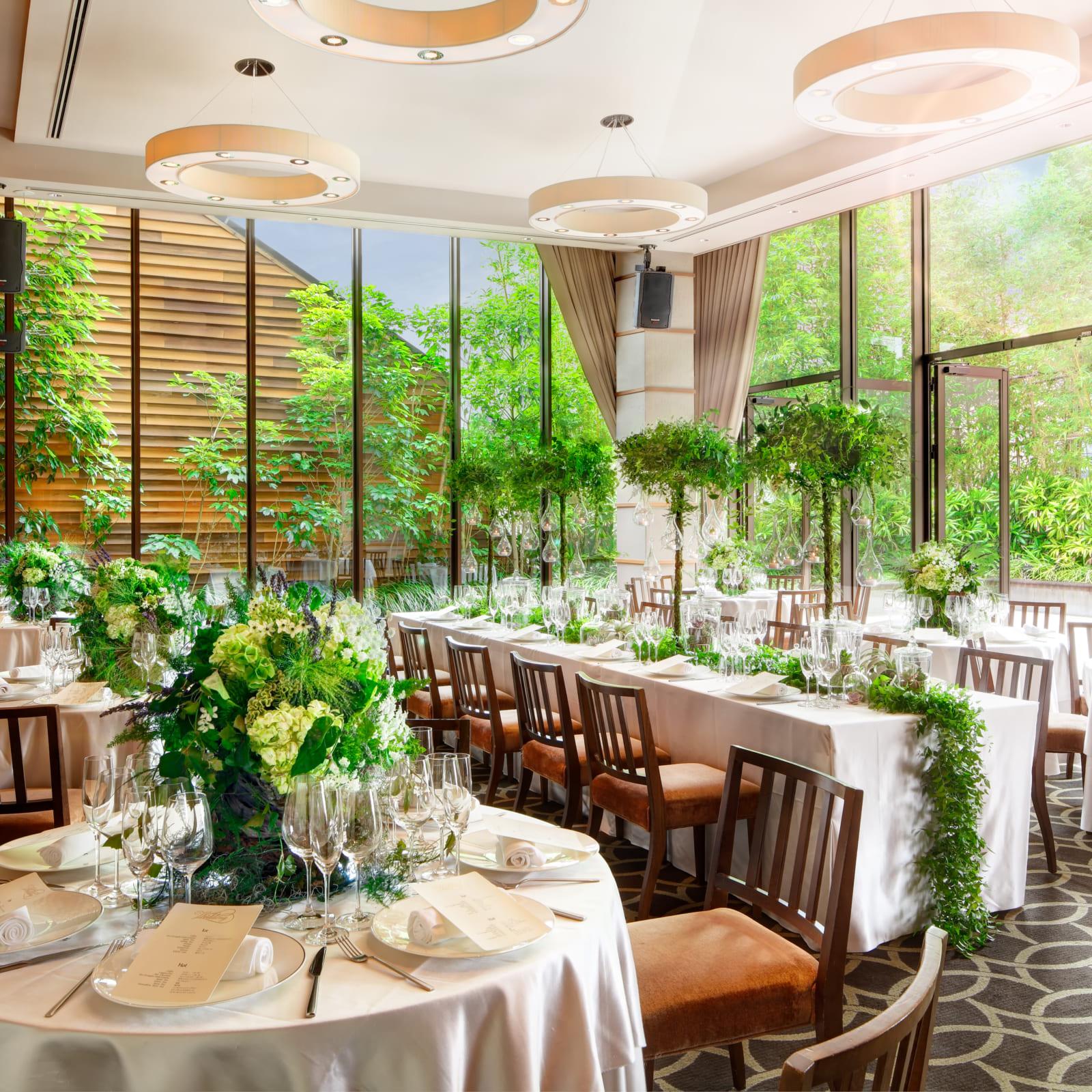 天井までとどく窓の外に、緑に囲まれたプライベートテラスが広がる独立型バンケット