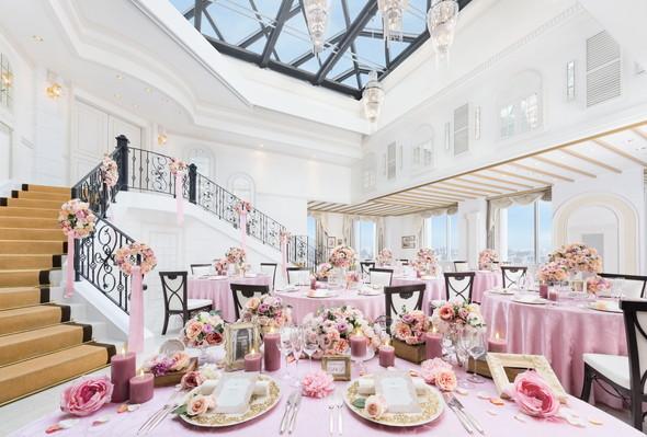 大階段での憧れの入場やオープンキッチンでのおもてなしも充実!ゲストと楽しいひと時をお過ごし頂けます