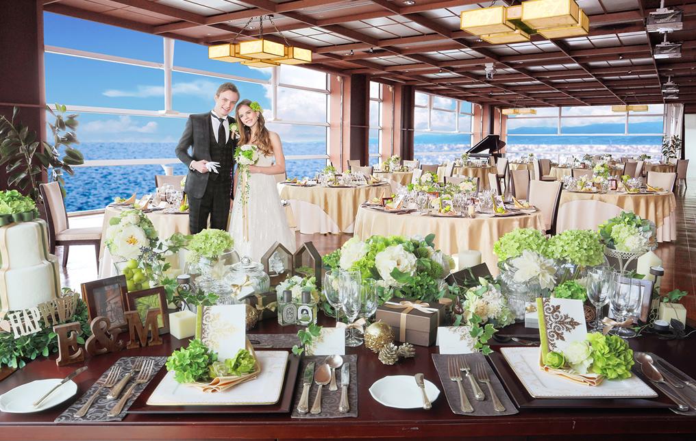 天井から床までとられた窓からは、陽光に輝く海や沖を行き交う船の姿、明石海峡大橋までも一望できます