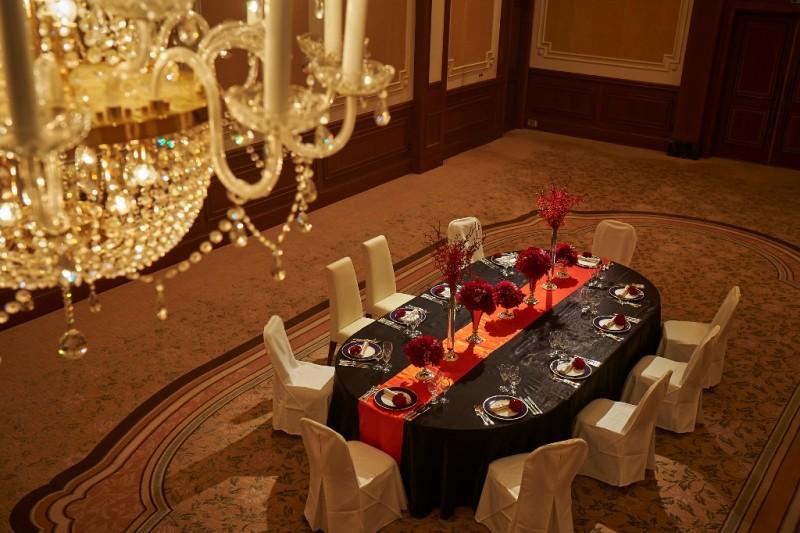 親族や友人とひとつのテーブルを囲む、アットホームなウエディングを演出