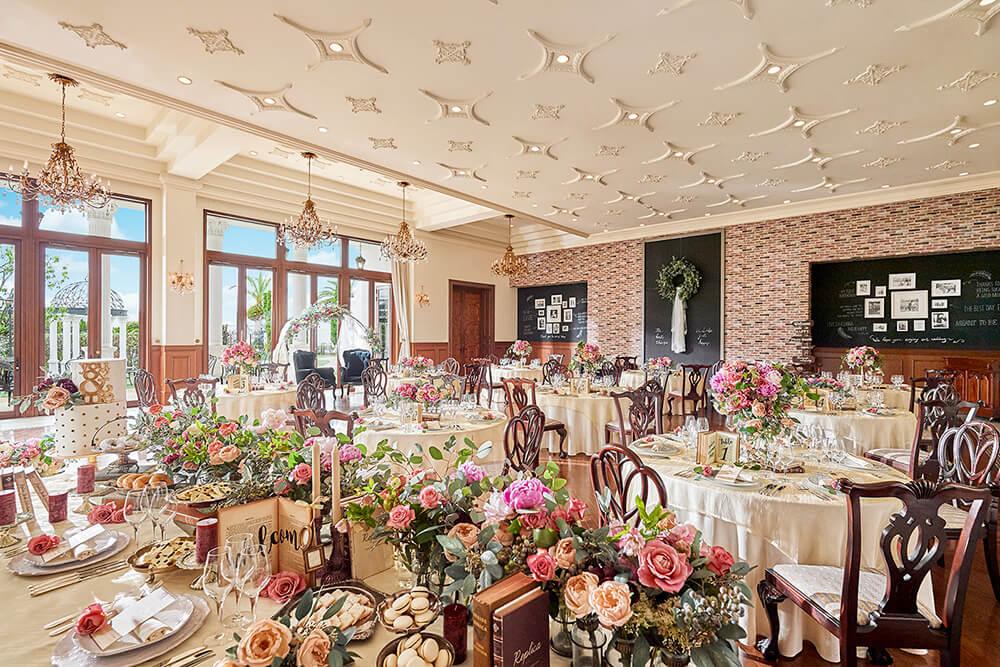 大きな窓の先には美しいガーデンが広がり、 明るい陽光が高い天井にしつらえられたシャンデリアを輝かせる贅沢な空間