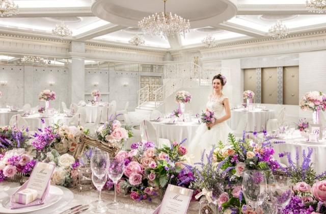 白をイメージしたパーティルーム。イタリア後期のルネッサンスとバロックを融合させた装飾が施され 優美さを極めています