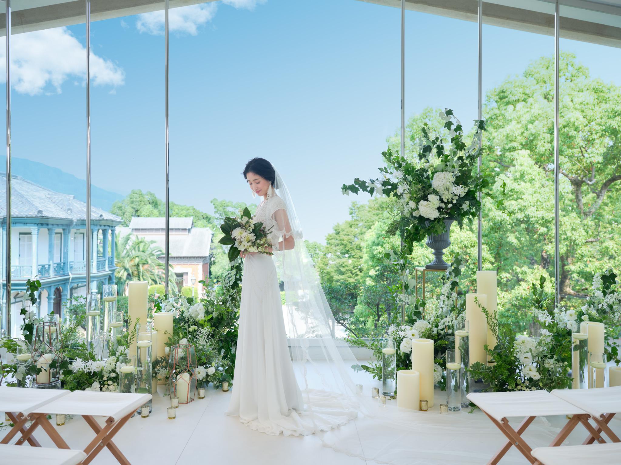 異人館と緑あふれる庭園を見晴らすガラス張りのチャペル