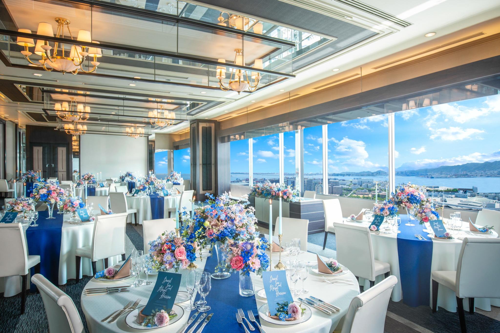 神戸の景色と空と海を望む大きな窓は、 乾杯の発声とともにブラインドオープン!