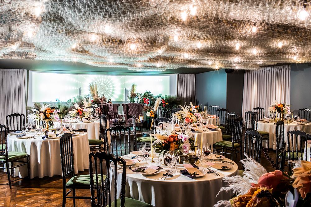 天井から22,000個の電球が施された空間