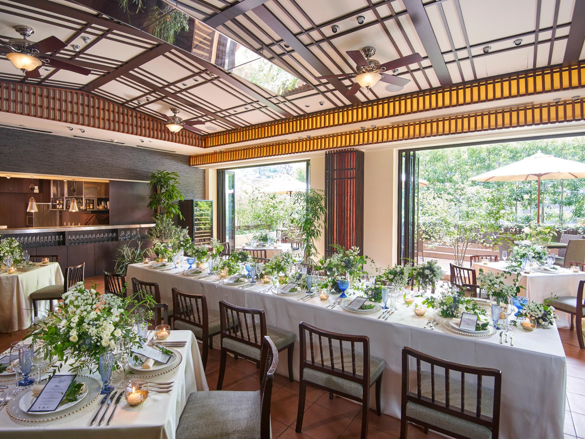 ⼤きな窓にウッドデッキのテラス、オープンキッチンを備え るなどこだわりの空間づくりを⼼掛けた少⼈数専⽤会場