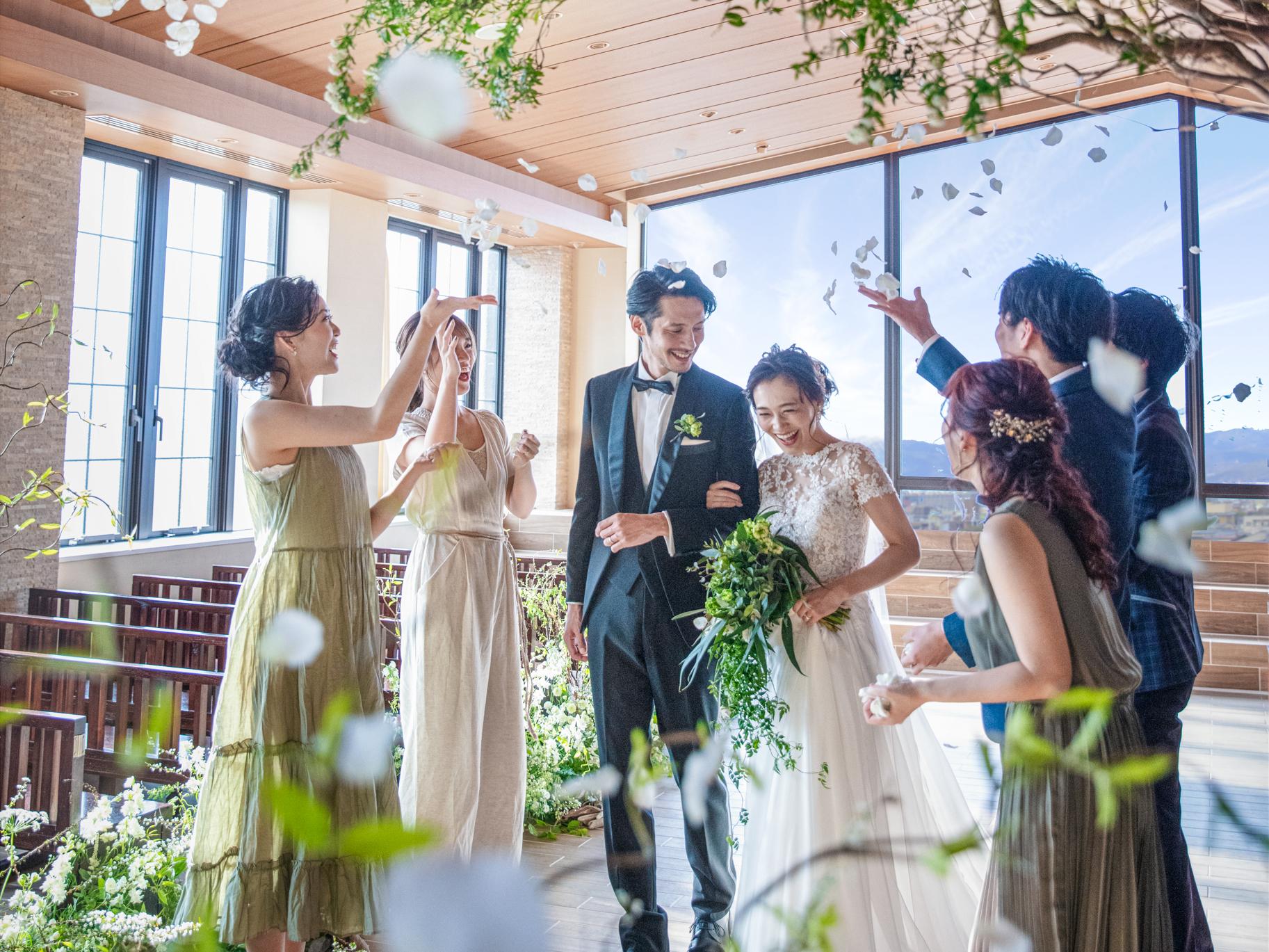 花嫁様のウエディングドレス姿が映える 木目調のバージンロードが好評
