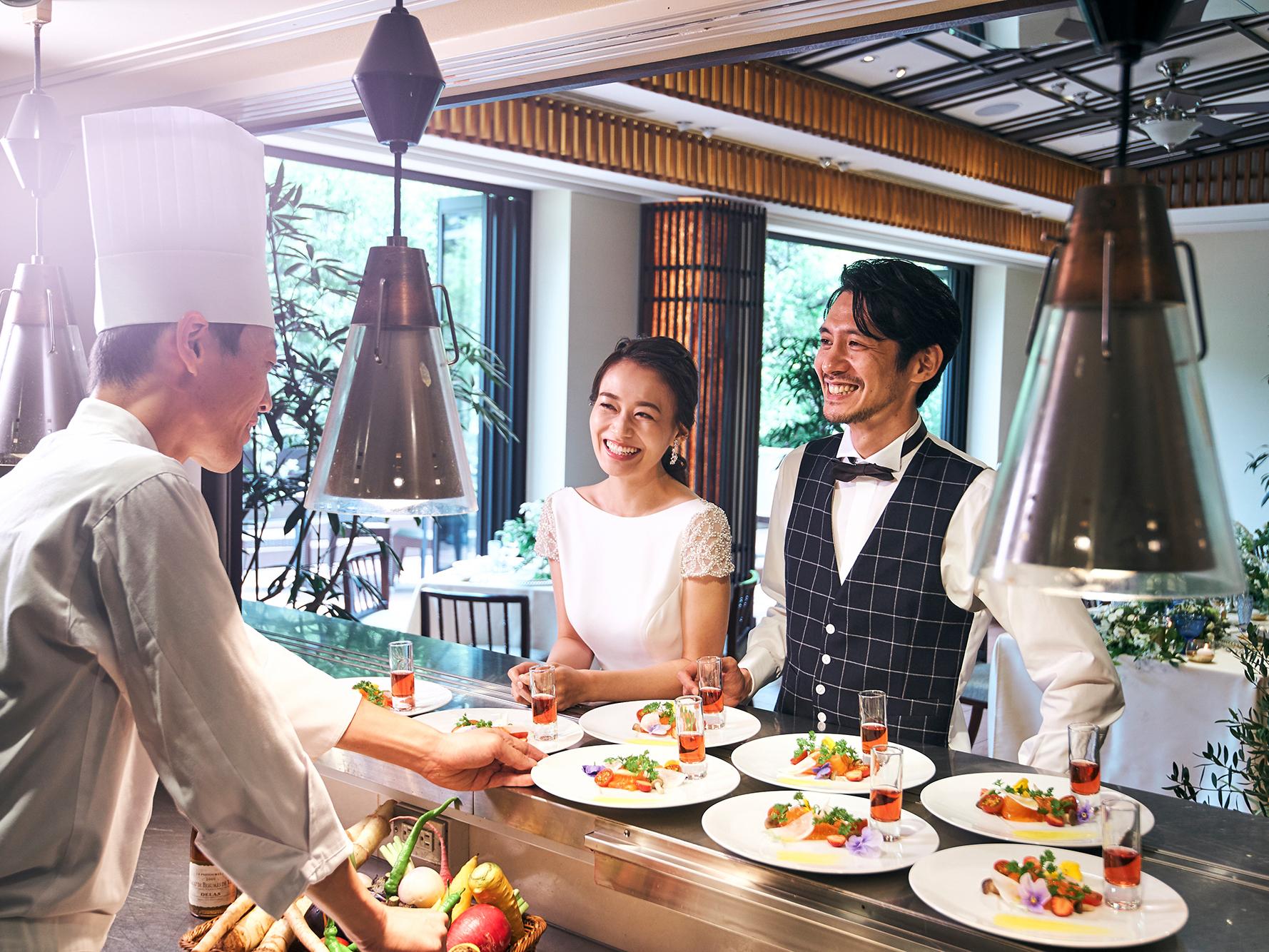 オープンキッチンからは出来立てのお料理が ゲストへサーブされる
