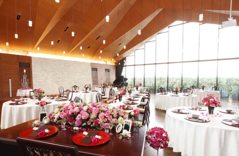 天井が高く、壁一面が窓となっている明るく開放的な披露宴会場は、最大150名様の着席が可能